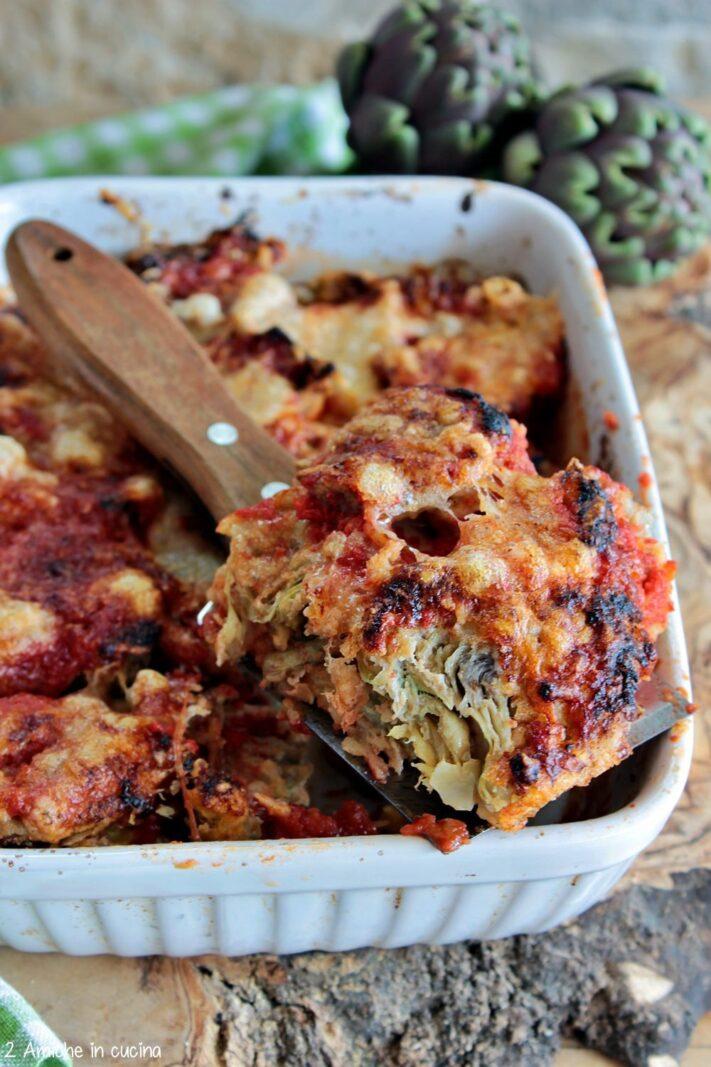 Pirofila di carciofi fritti alla parmigiana con pomodoro