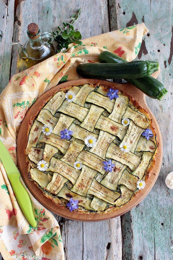 Zucchine a fette intrecciate sulla farinata di ceci