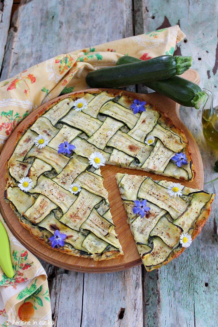 Come decorare una farinata con fette di zucchina intrecciate