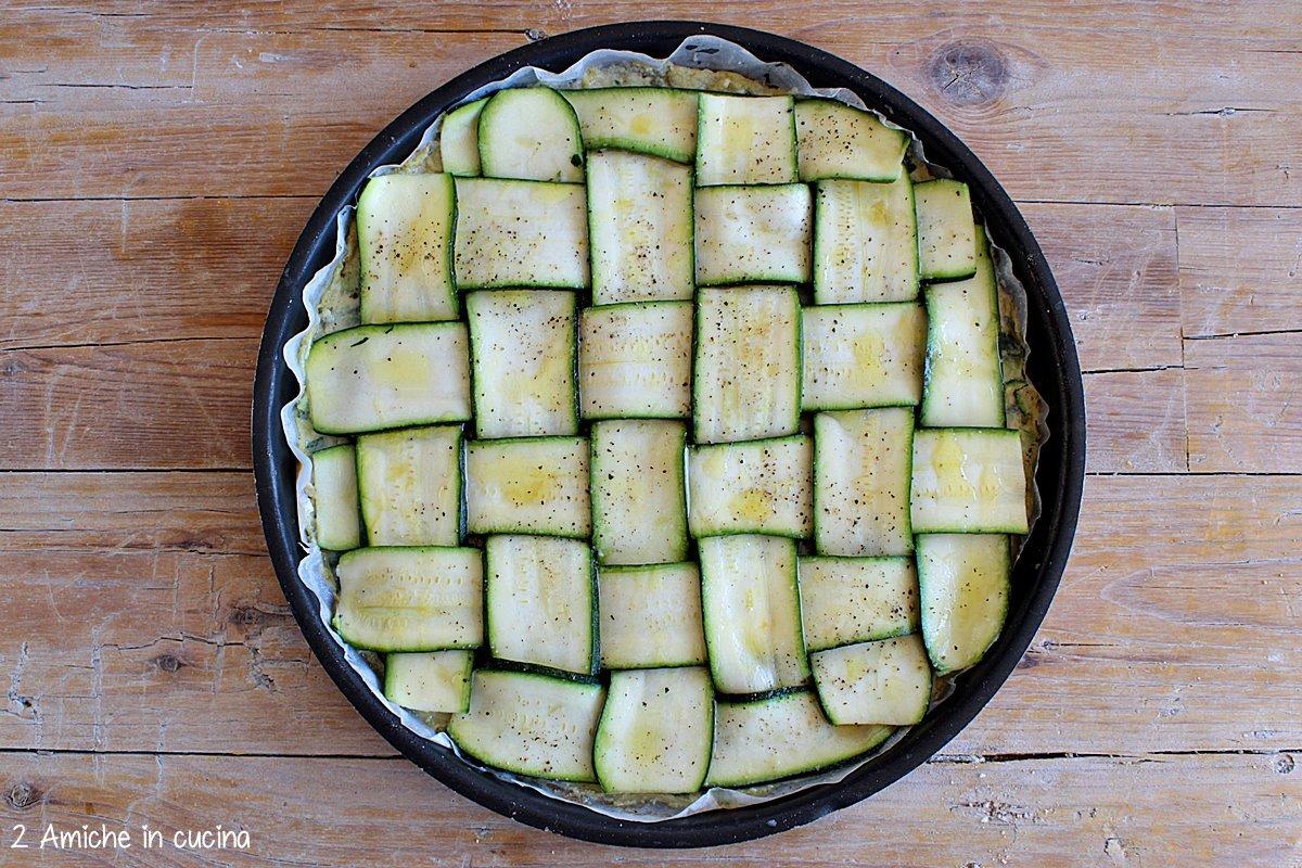 farinata con fette di zucchine intrecciate, prima di mettere in forno