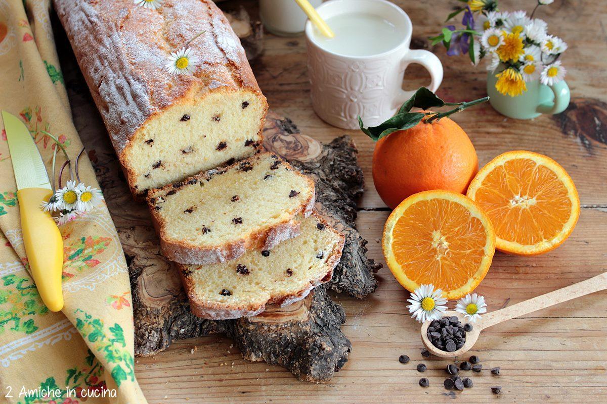 Plumcake per la colazione con kefir, succo d'arancia e gocce di cioccolato