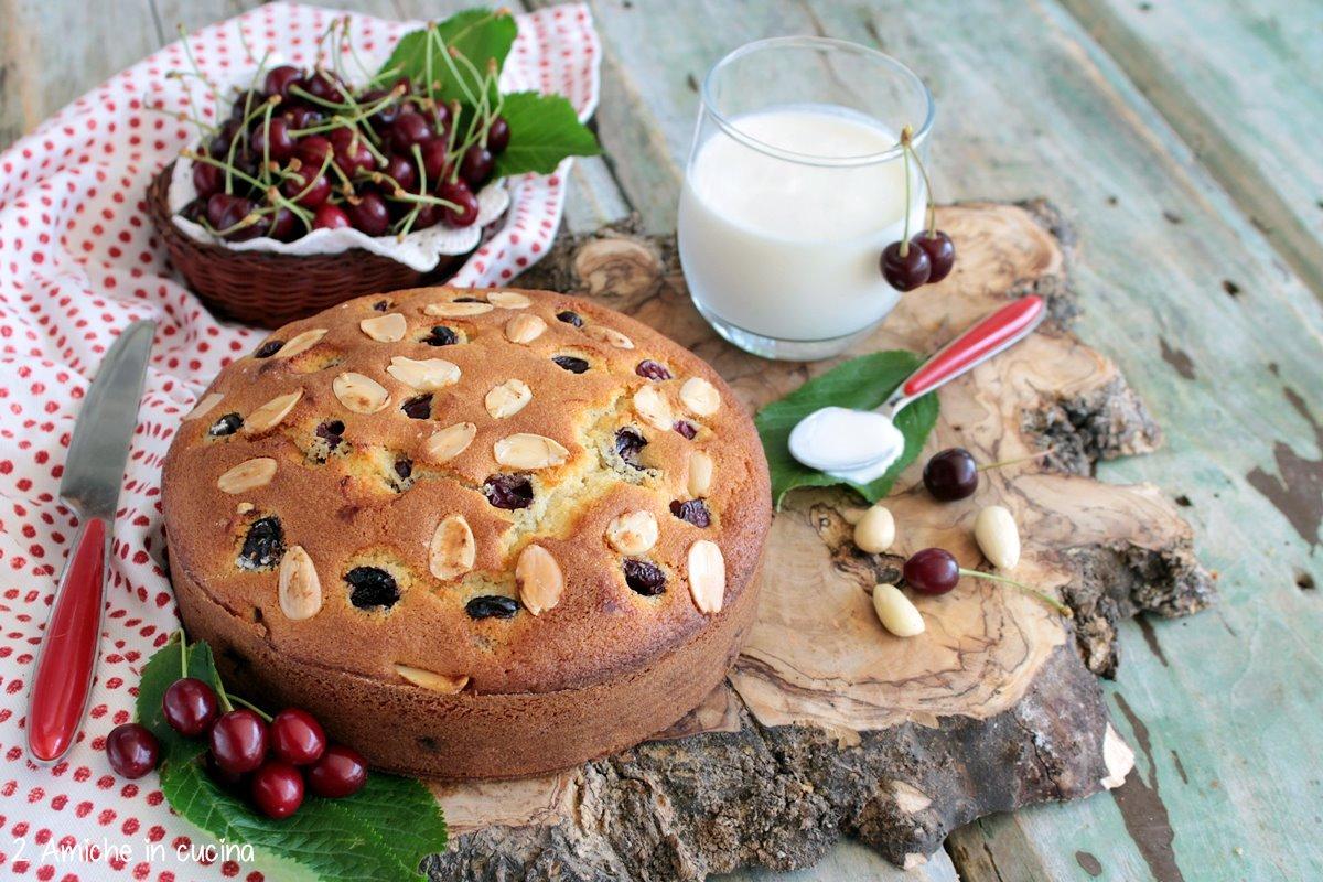 Torta soffice al kefir di latte, con ciliegie e mandorle