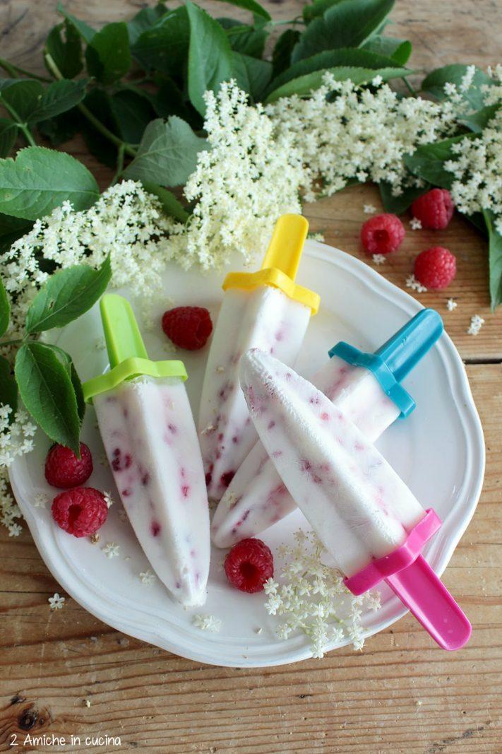 Gelato allo yogurt con lamponi e sciroppo di fiori di sambuco
