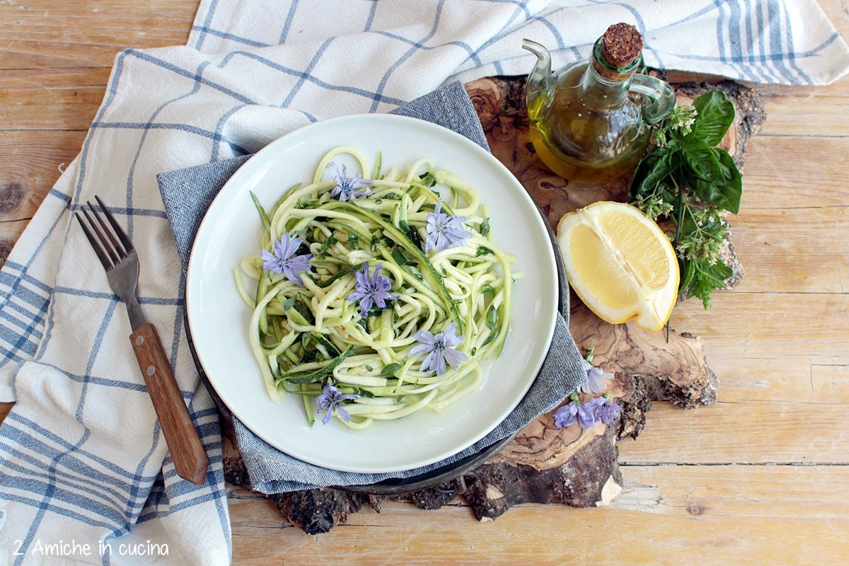 Contorno vegan con zucchine crude e fiori