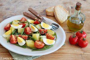 Insalata estiva con fagiolini, patate lesse, pomodori e uova sode