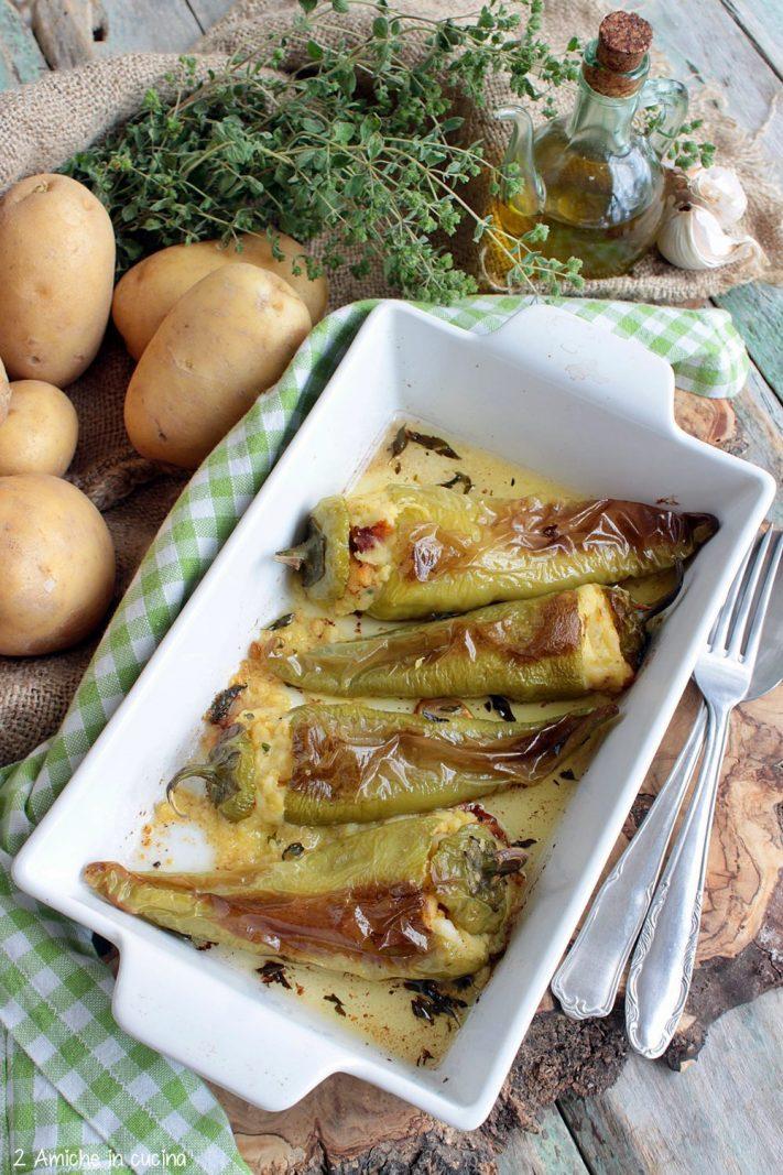 Peperoni cornetti ripieni di patate, formaggio e aromi