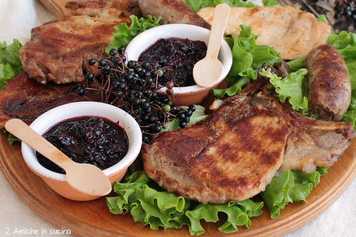 Grigliata di maiale e pollo con salsa d'accompagnamento