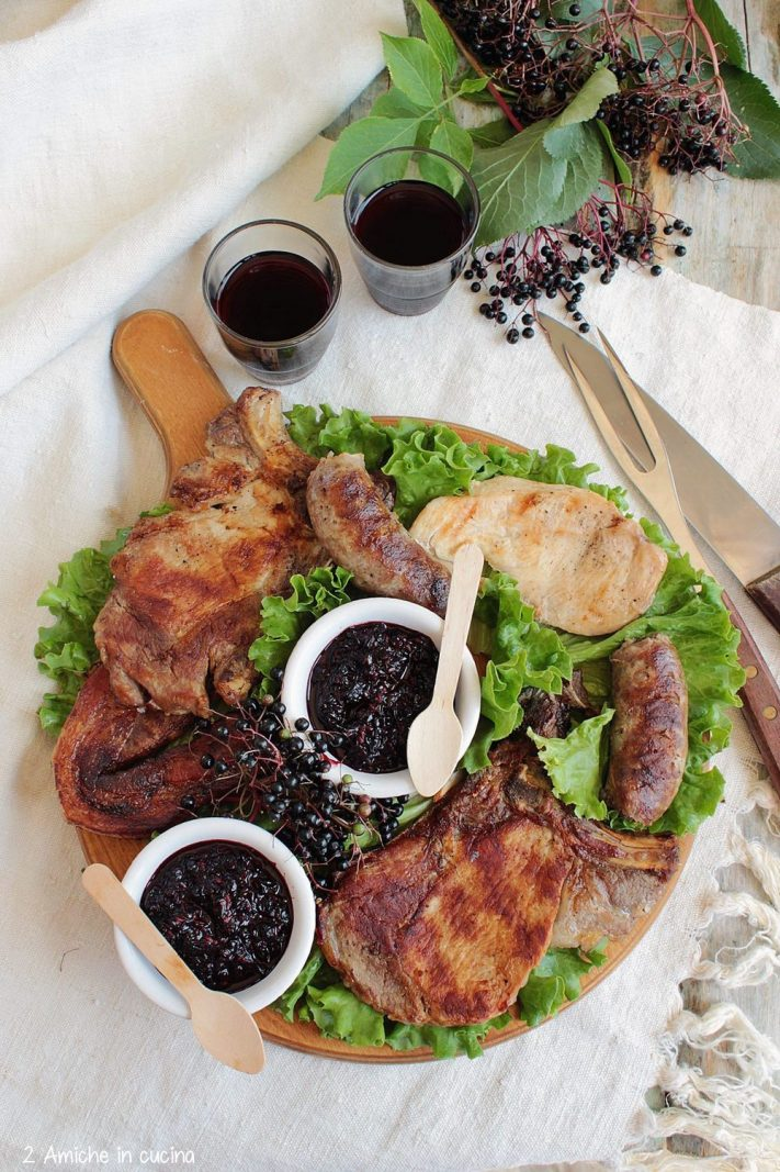 Tagliere con carne alla griglia e salsa al sambuco