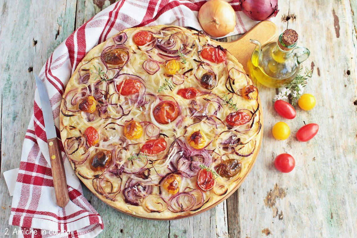 focaccia  all'olio con pomodorini e prodotti tipici umbri