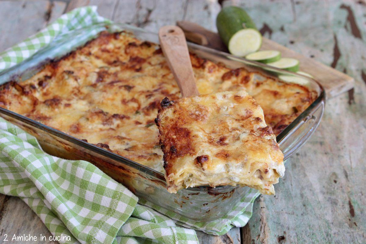 fetta di lasagne alle zucchine e salsiccia umbra