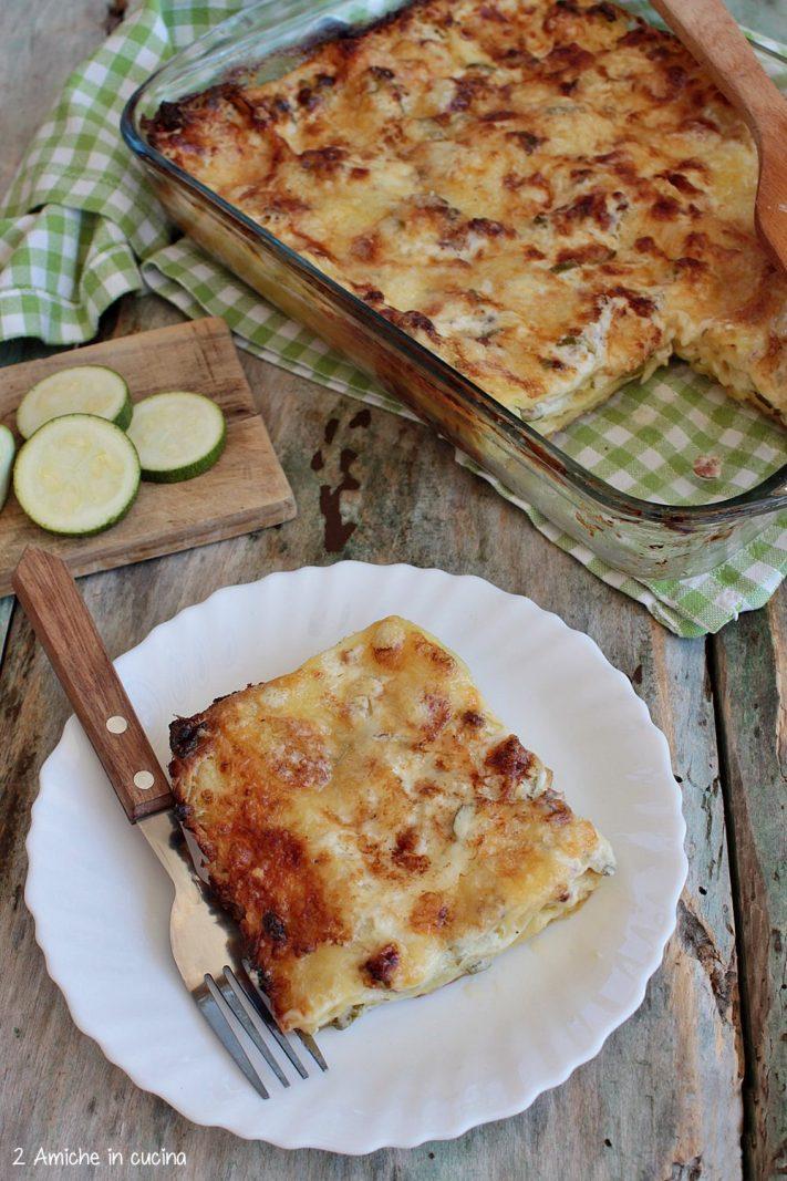 Piatto con porzione di lasagne alle zucchine e salsiccia